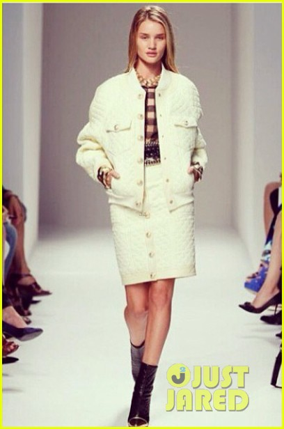 rosie huntington whiteley walks runway at balmain show 012960509