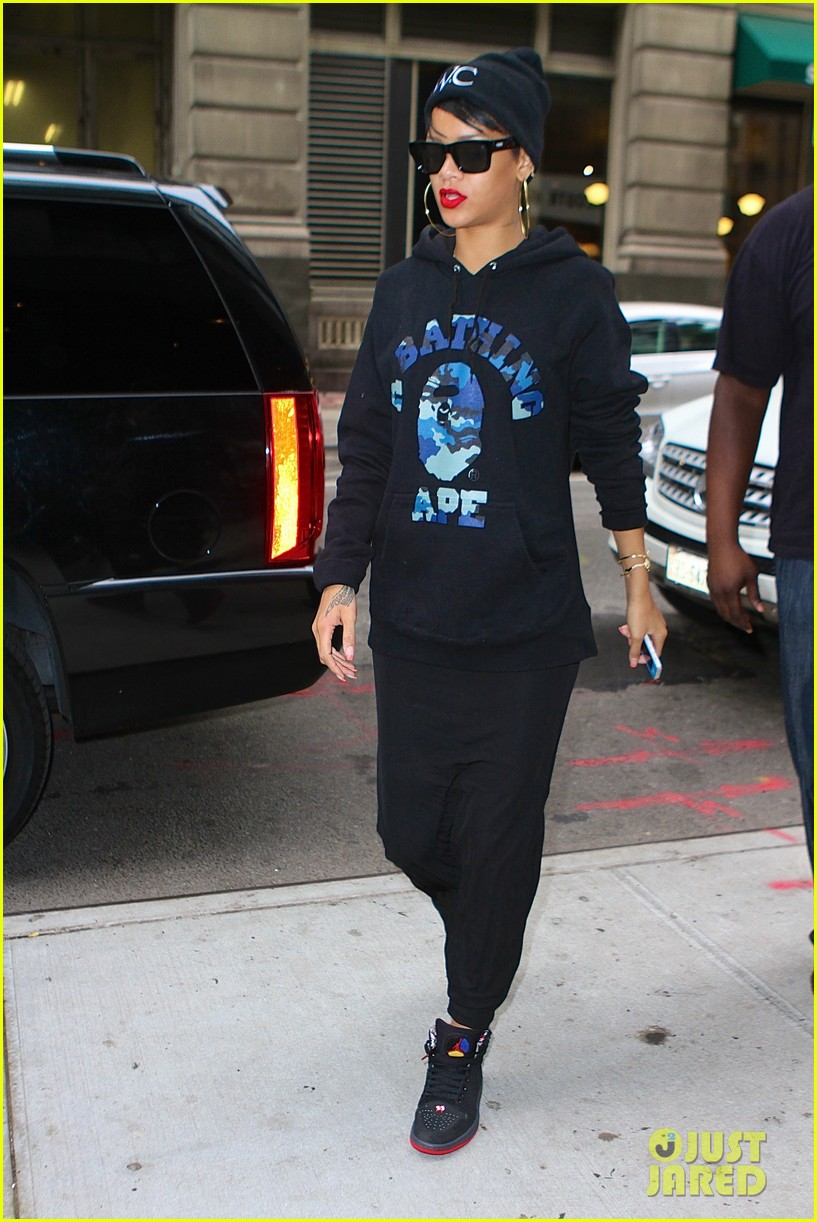 rihanna dines at favorite restaurant before jetting to nyc 01