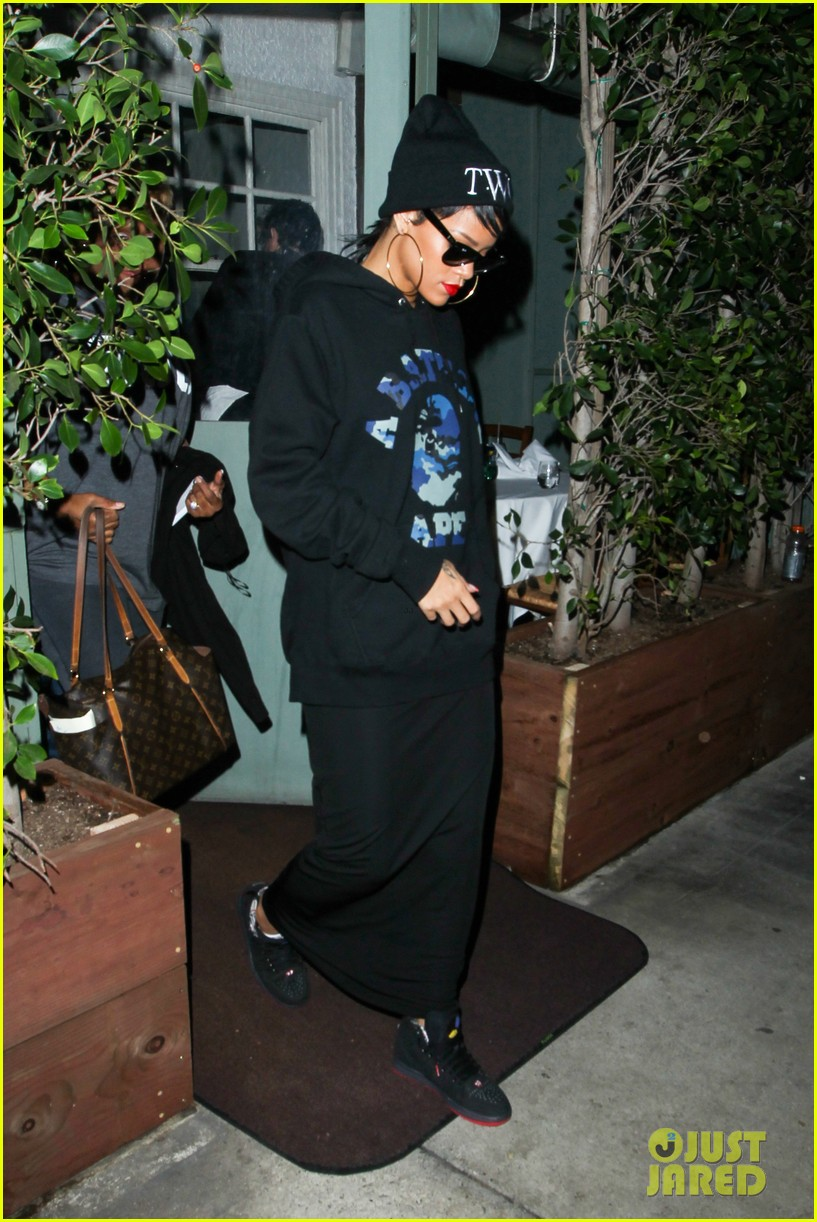 rihanna dines at favorite restaurant before jetting to nyc 292941828