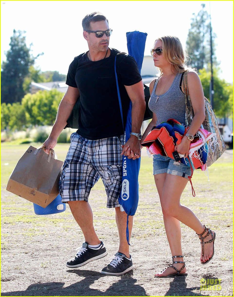 leann rimes eddie cibrian hold hands for mason game 15