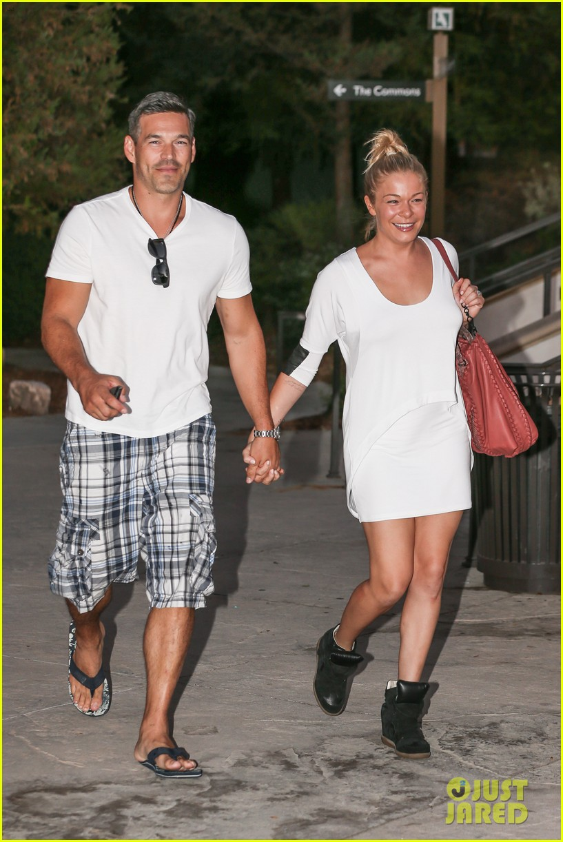 leann rimes eddie cibrian grab dinner before flight to uk 01