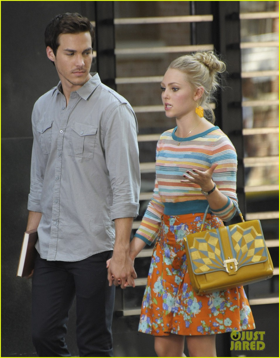 annasophia robb rocks fun outfits for carrie diaries 04
