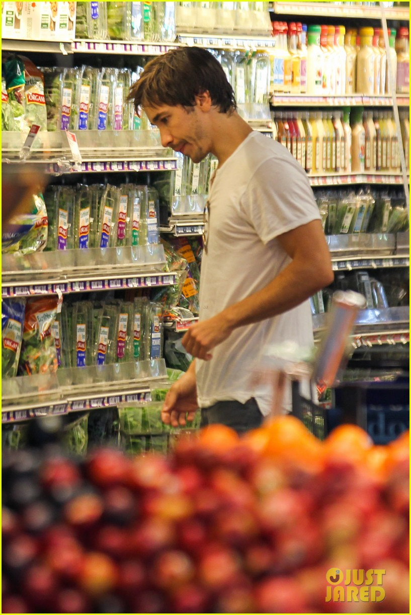 amanda seyfried justin long grocery shop for labor day 04