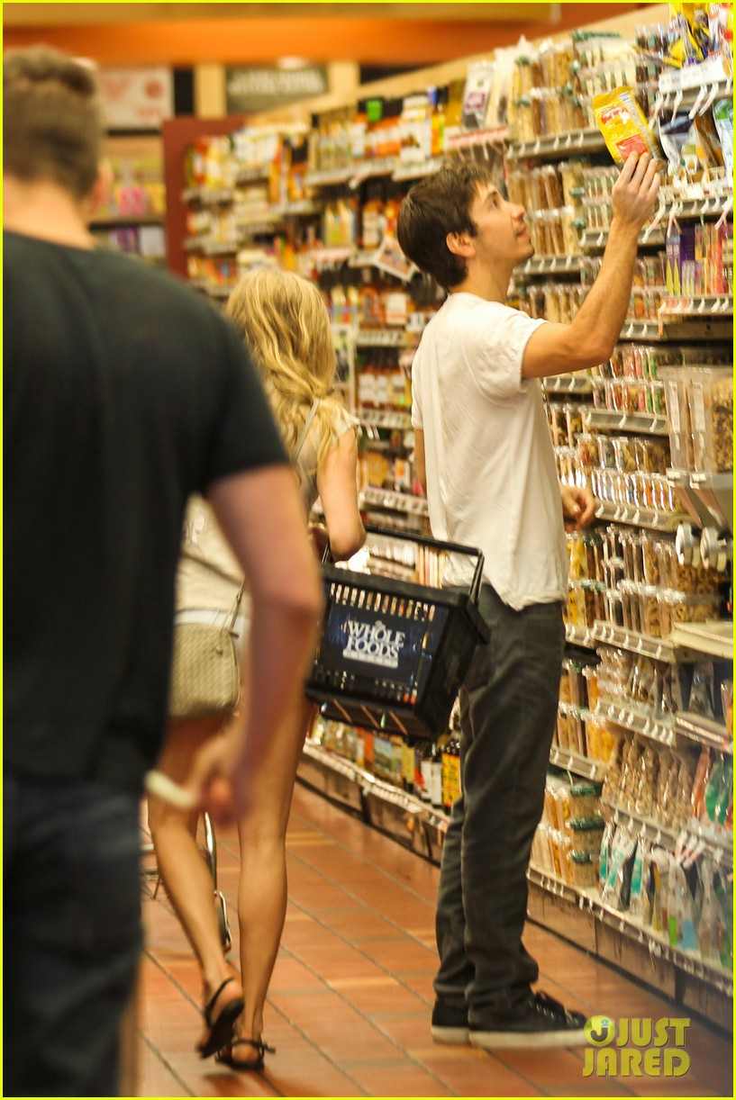 amanda seyfried justin long grocery shop for labor day 14