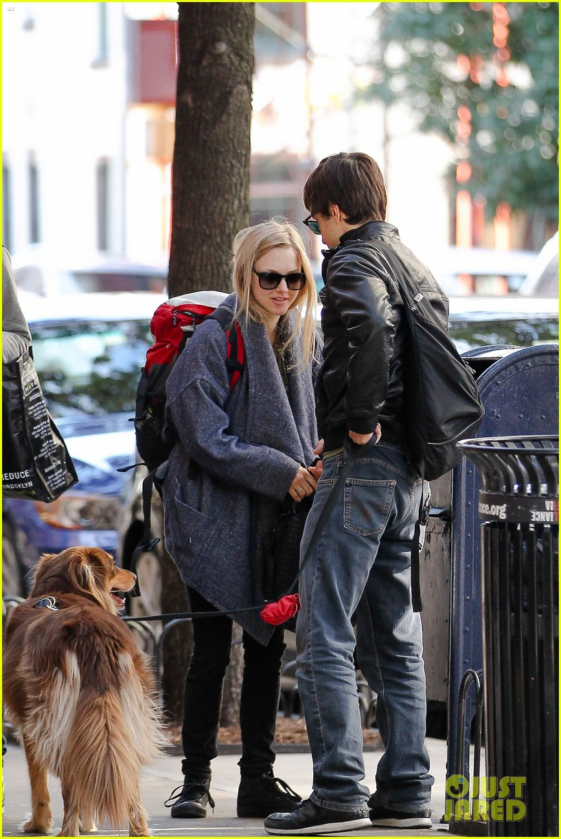 amanda seyfried justin long nyc dog walking twosome 092954013
