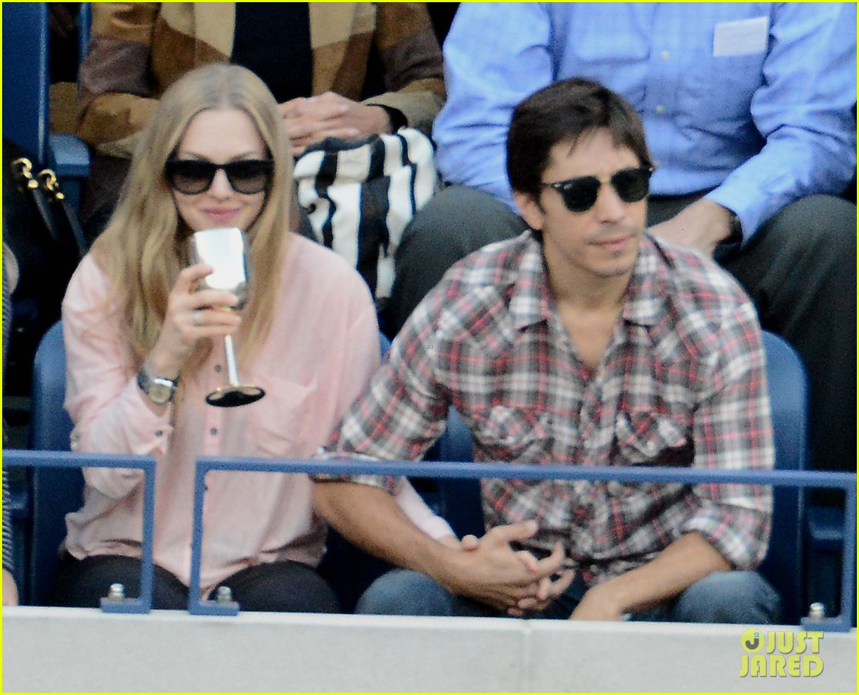 amanda seyfried justin long hold hands at us open finals 102948820