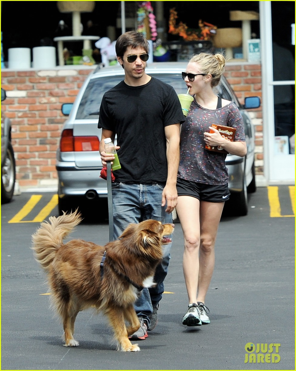 amanda seyfried justin long weekend outing with finn 13