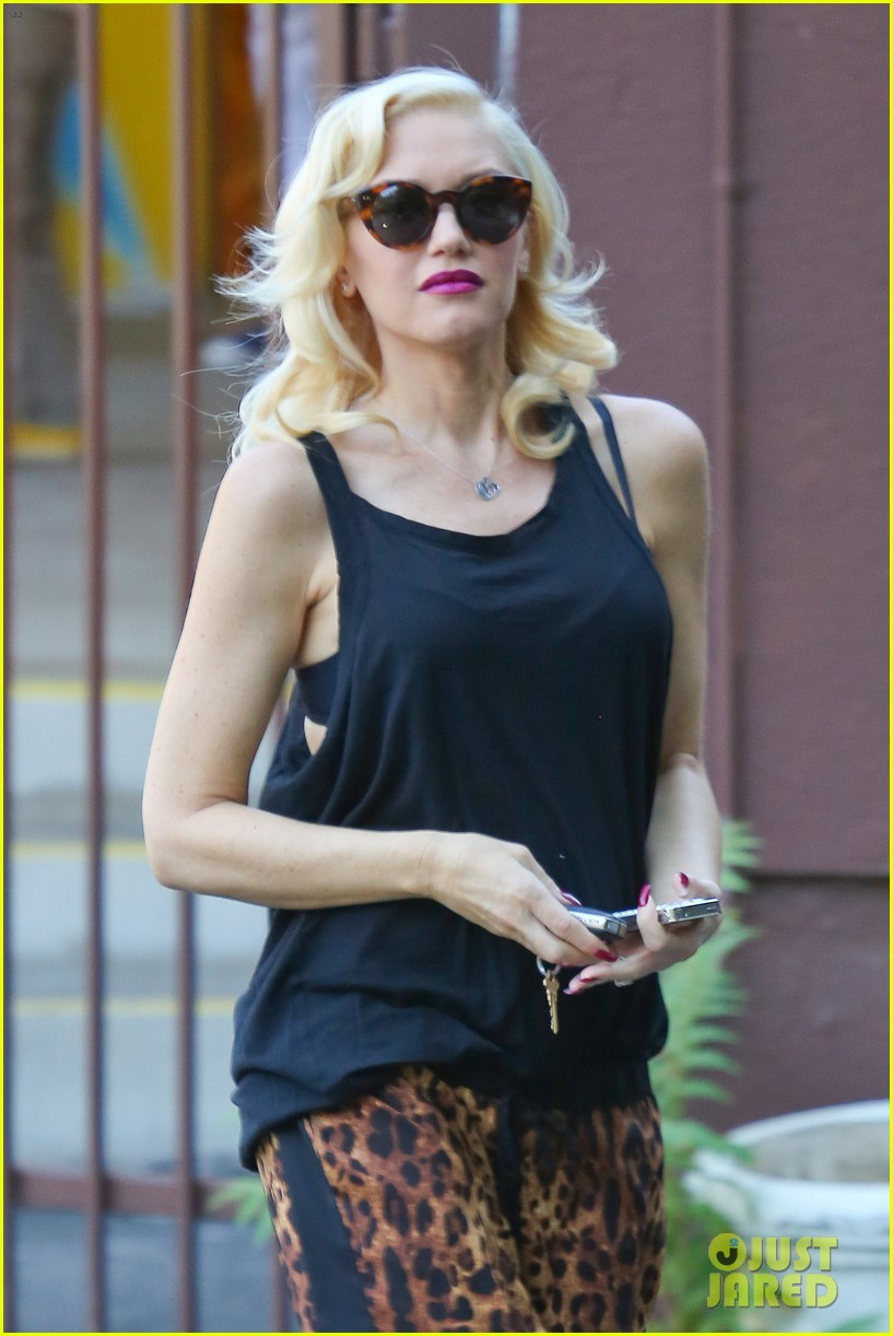 gwen stefani mommy duties with kingston and zuma 10