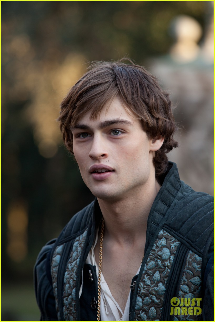 hailee steinfeld douglas booth first kiss in romeo juliet exclusive clip 09