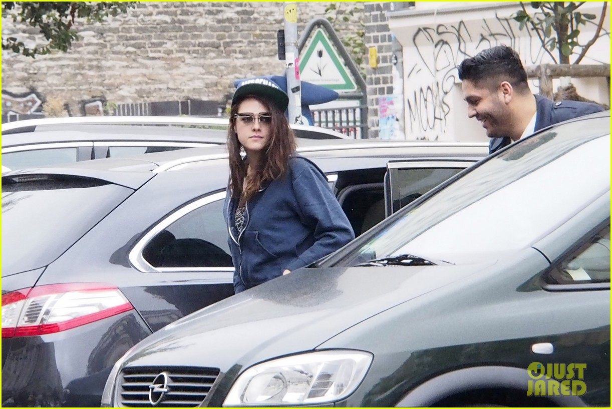kristen stewart strolls around berlin on labor day 06