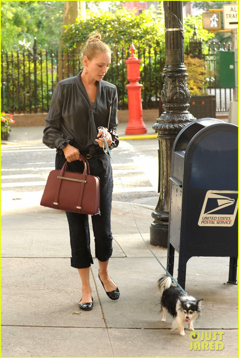 uma thurman walks her adorable dog in the big apple 062960747