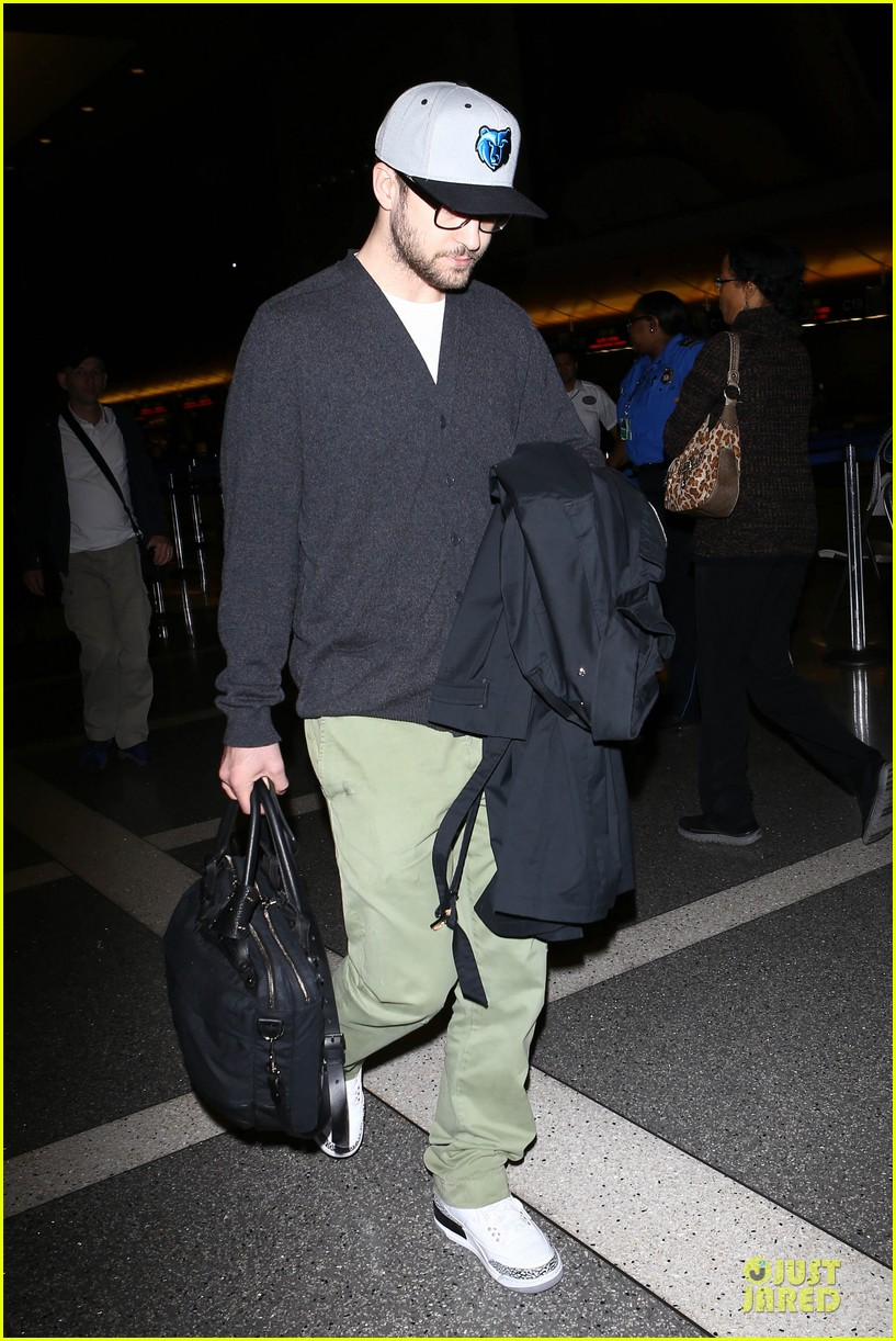 justin timberlake supports memphis grizzlies at lax airport 17