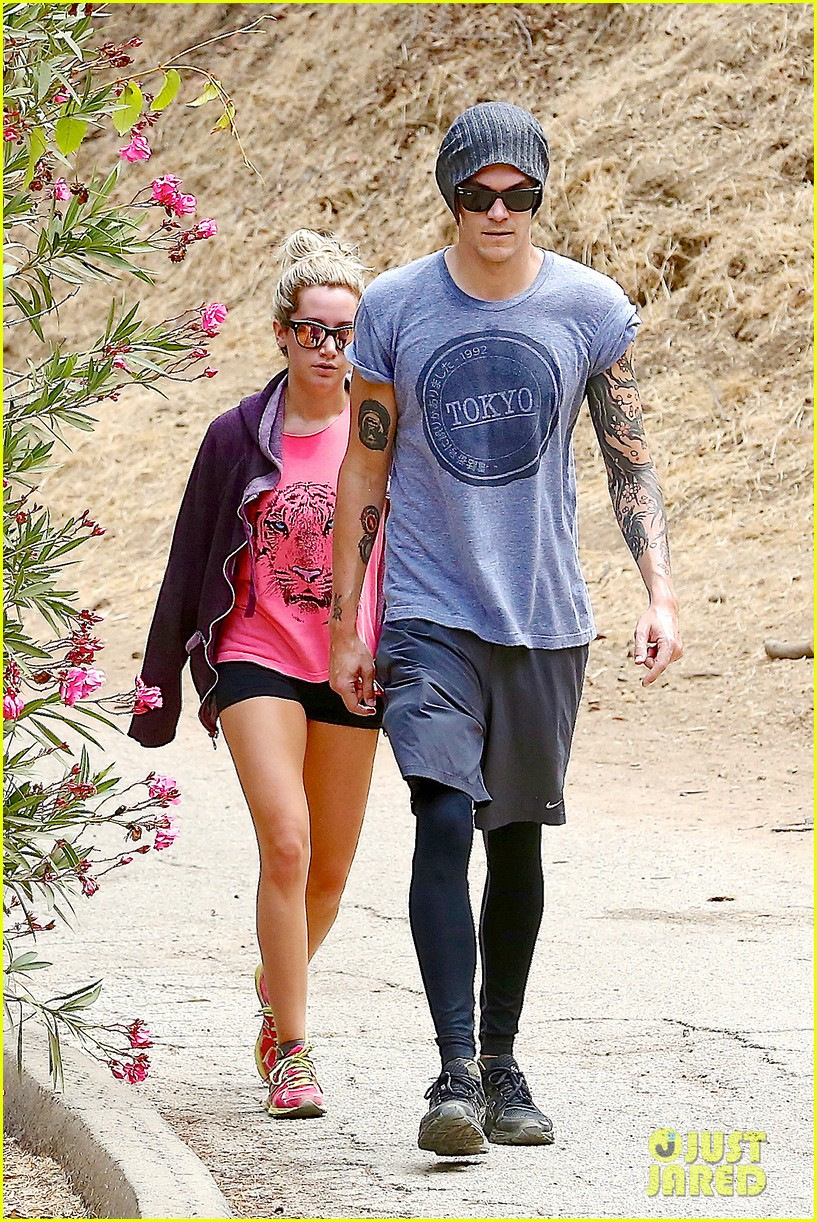 ashley tisdale labor day party with christopher french 23