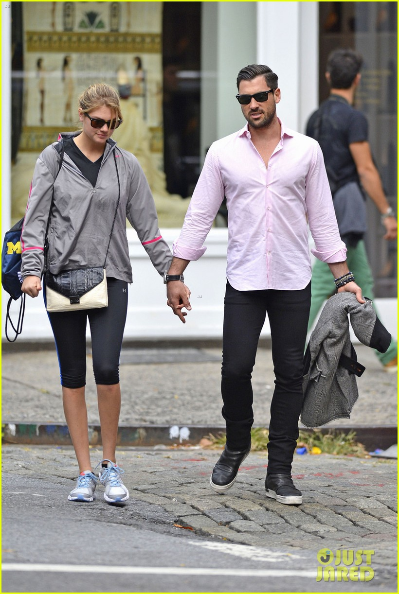 kate upton holds hands with maksim chmerkovskiy 06