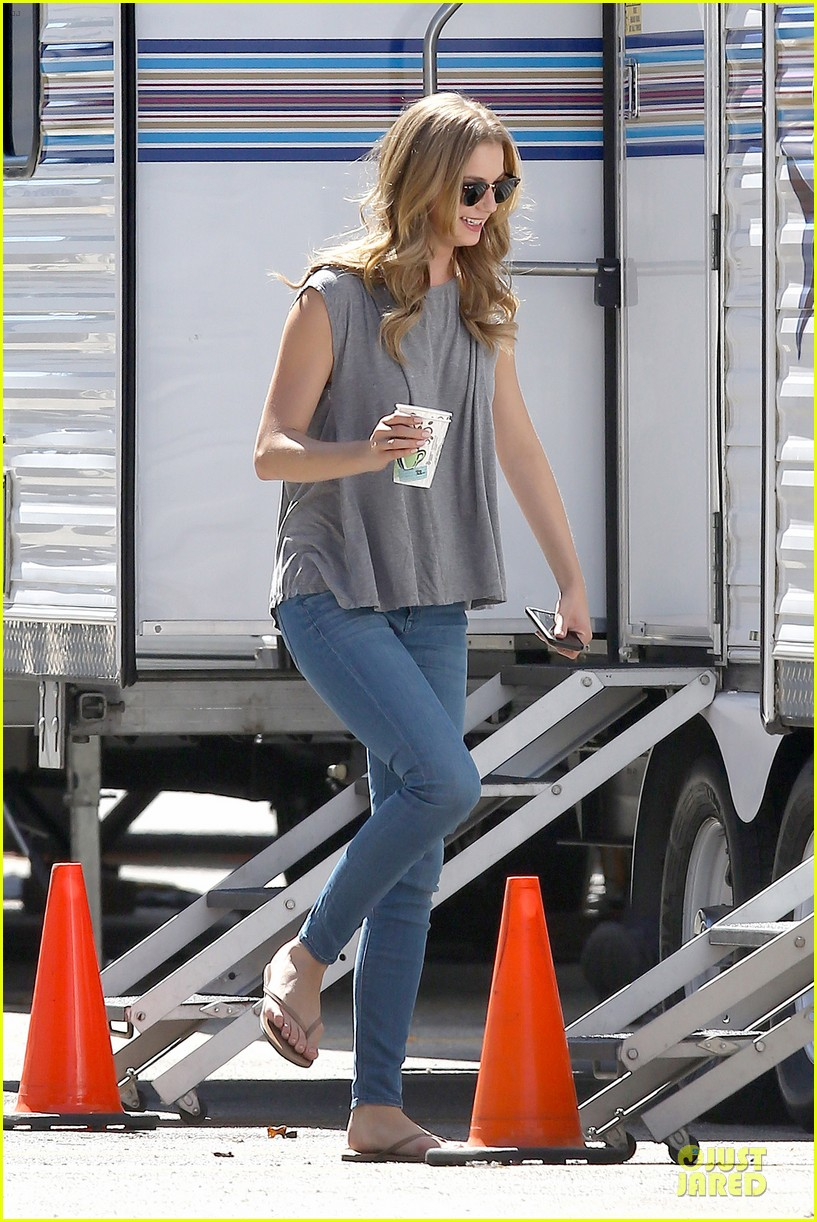 emily vancamp lunch break on revenge set 082959651
