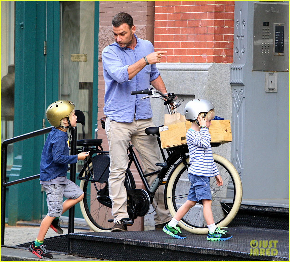 naomi watts family bike all week in new york city 02