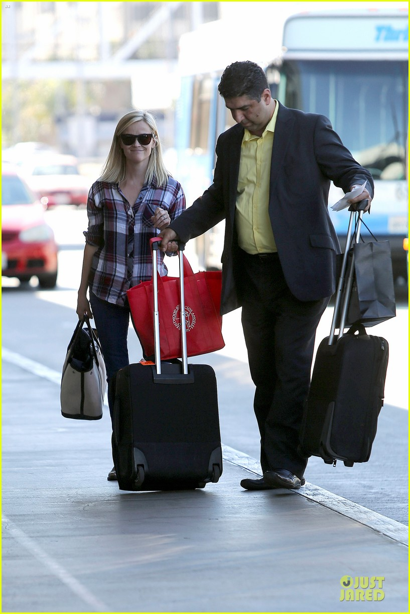 reese witherspoon plaid lax departure after workout 03