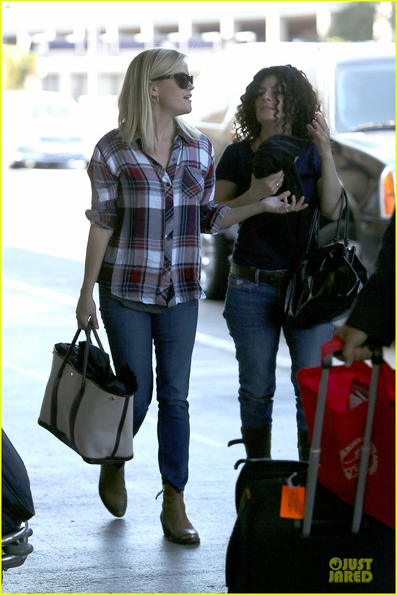 reese witherspoon plaid lax departure after workout 17