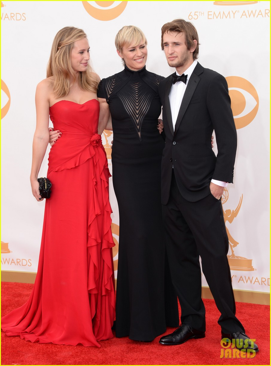 robin wright emmys 2013 red carpet with her kids 03