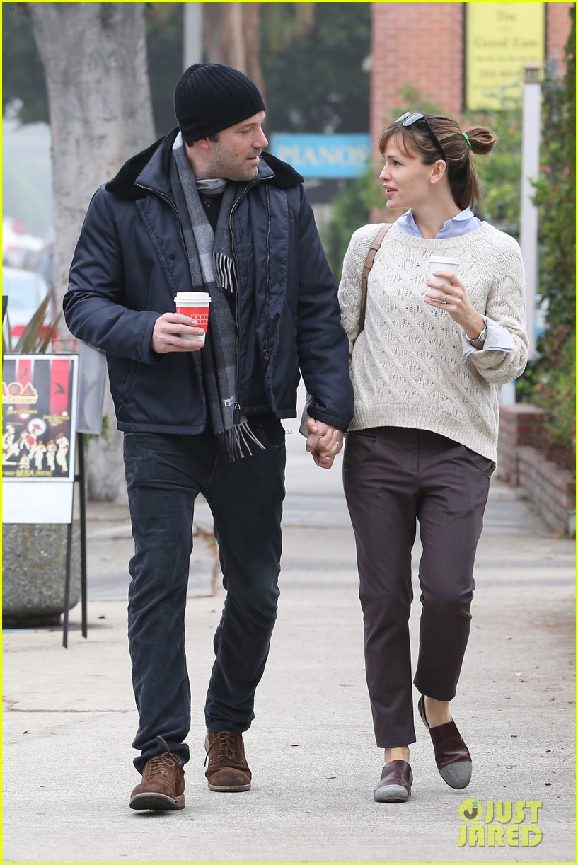 ben affleck jennifer garner hold hands for coffee run 26