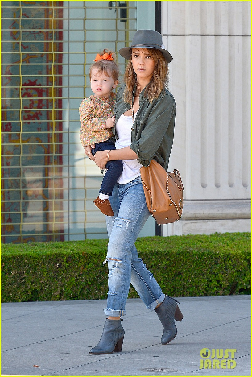 jessica alba visits mr bones brunches with her gals 06
