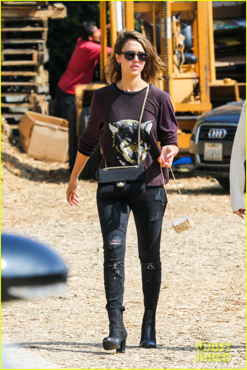 jessica alba visits mr bones brunches with her gals 222971537