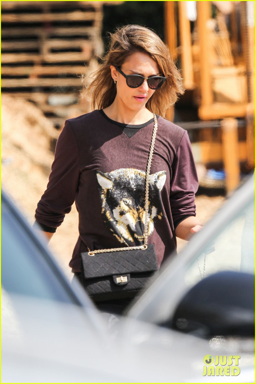 jessica alba visits mr bones brunches with her gals 292971544