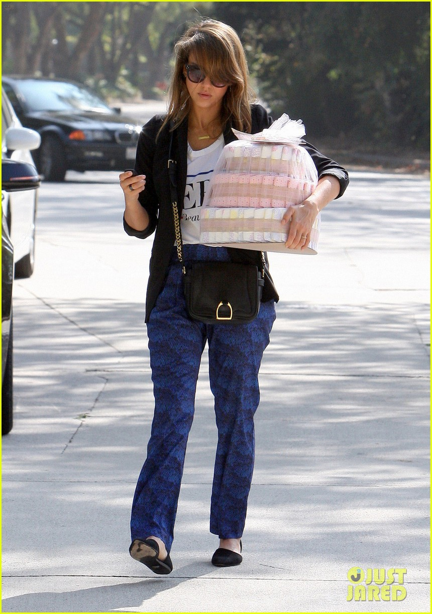 jessica alba gifts honest company diapers at baby shower 082981687