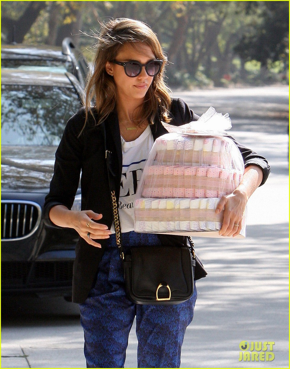 jessica alba gifts honest company diapers at baby shower 112981690