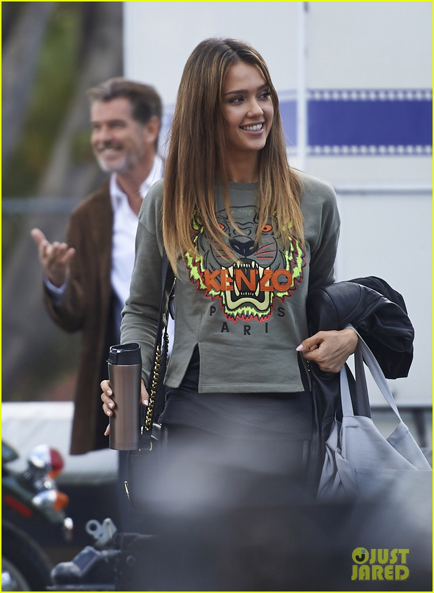 jessica alba englishman set with pierce brosnan 022982529