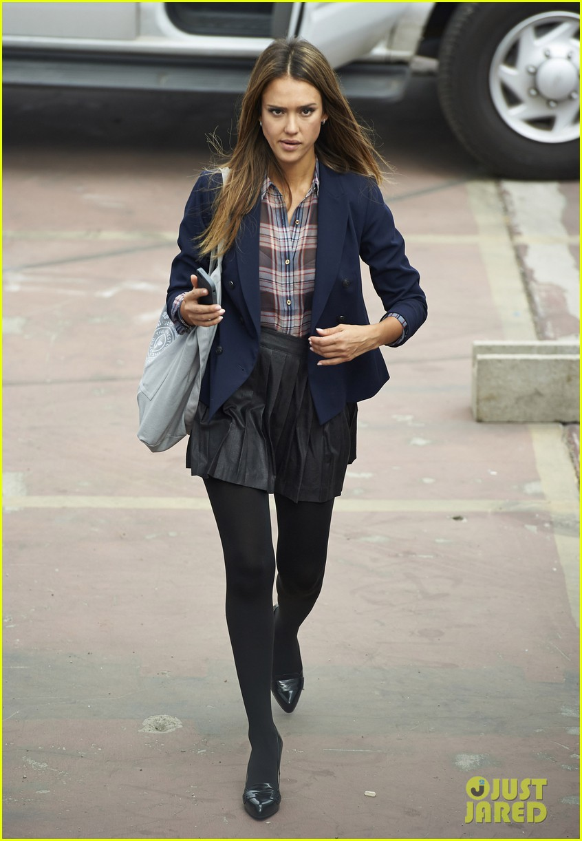 jessica alba englishman set with pierce brosnan 252982552