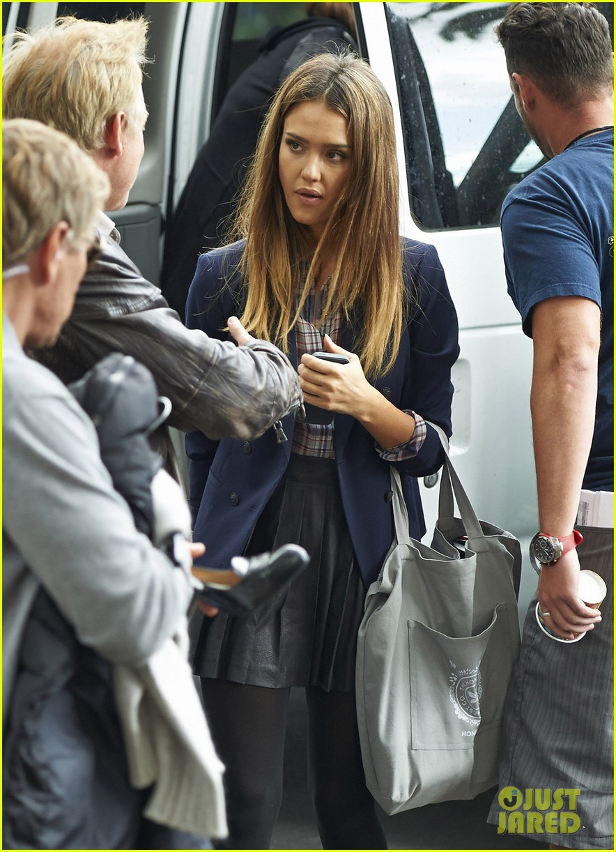 jessica alba englishman set with pierce brosnan 27