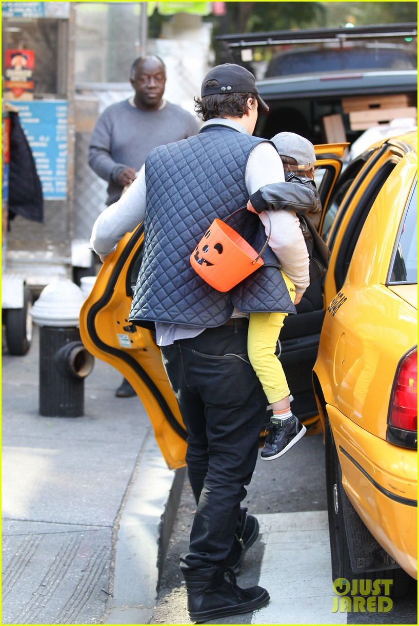 orlando bloom miranda kerr happy halloween with flynn 01