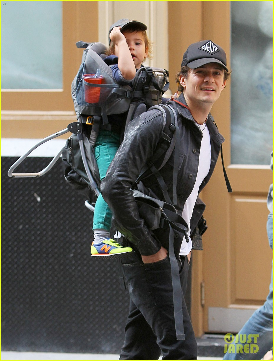 orlando bloom gets his nose picked by son flynn 08