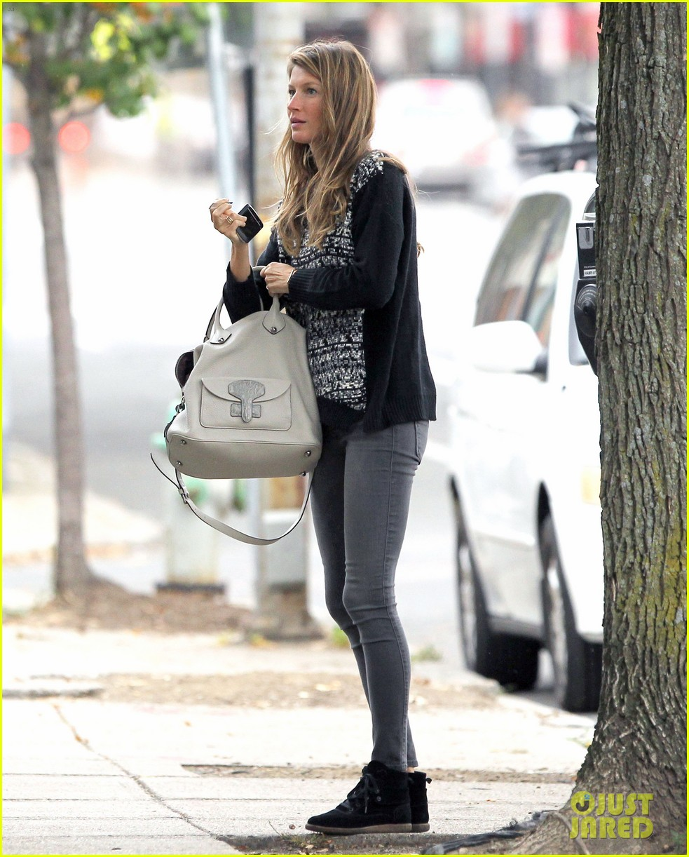 gisele bundchen does her morning yoga with vivian 06