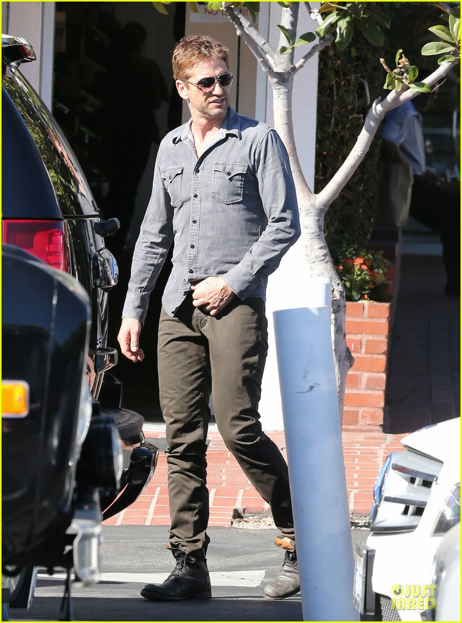 gerard butler enjoys fred segal lunch with friends 01