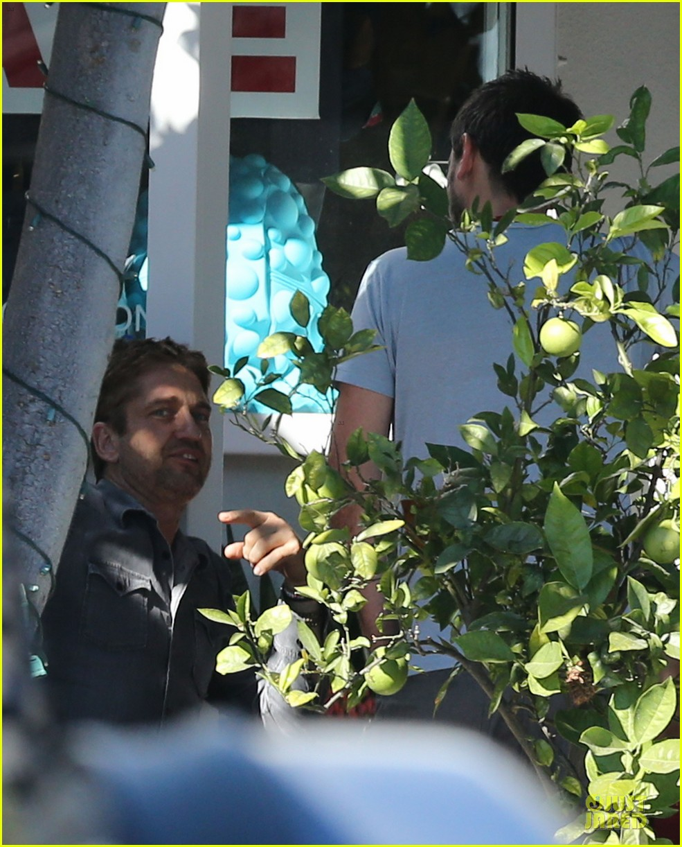 gerard butler enjoys fred segal lunch with friends 10