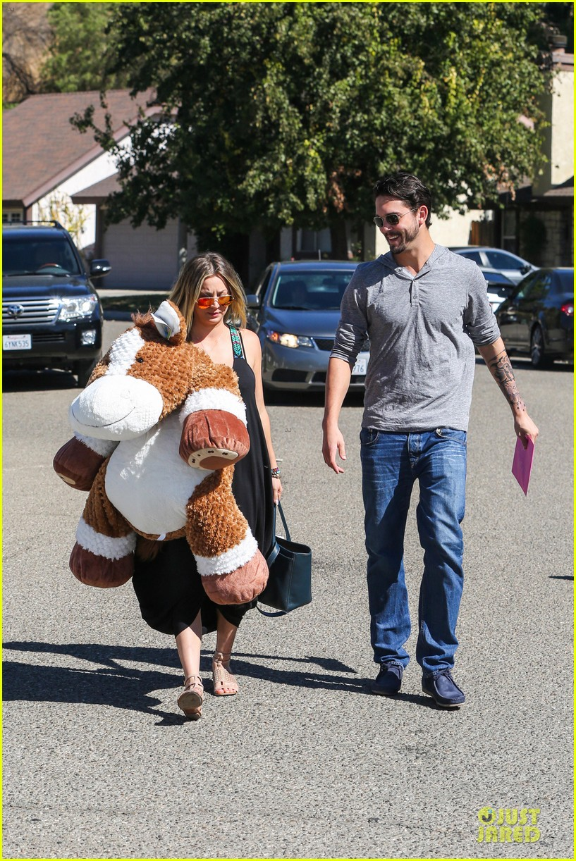 kaley cuoco ryan sweeting brings big gift to birthday party 042975013