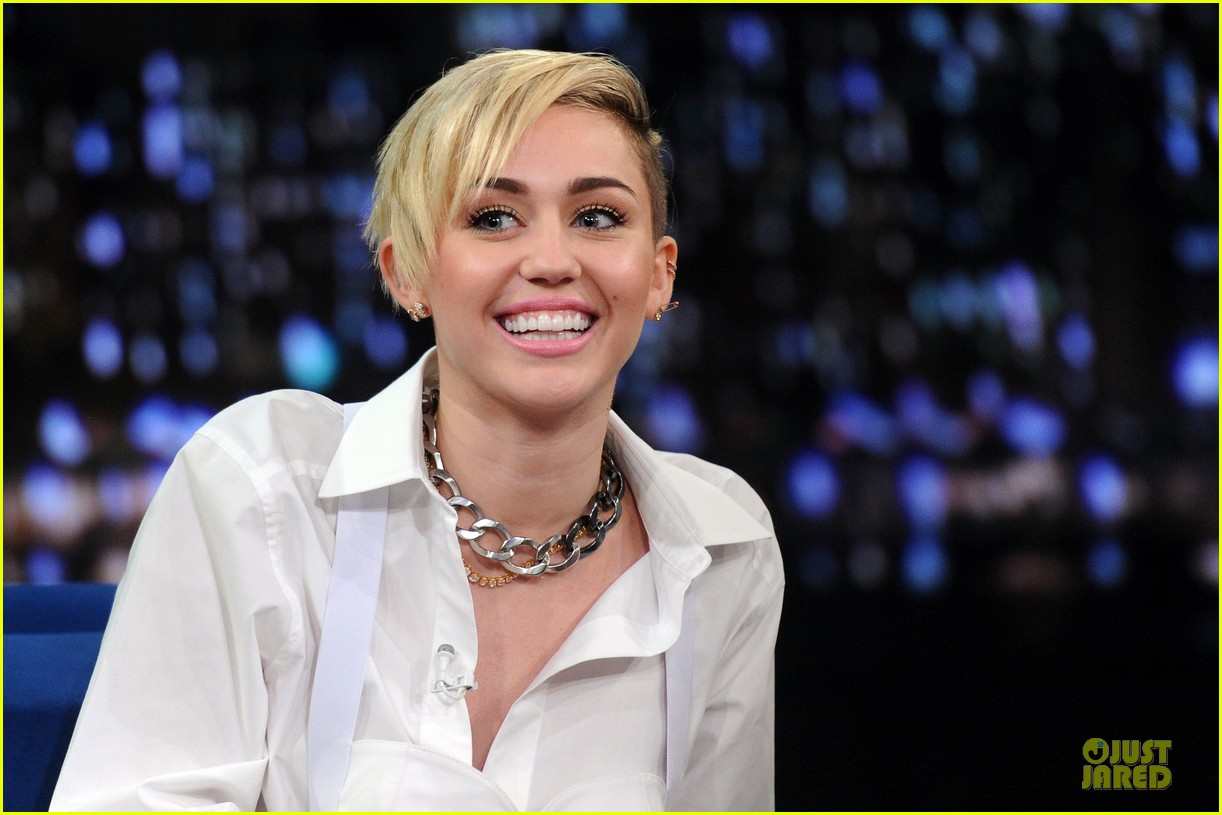 miley cyrus toned abs for bangerz album signing 21