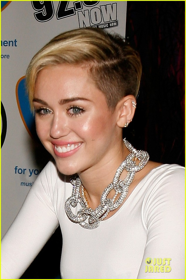 miley cyrus toned abs for bangerz album signing 26