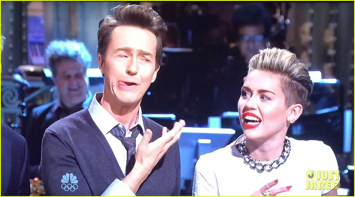 miley cyrus surprise snl appearance to announce tour 01