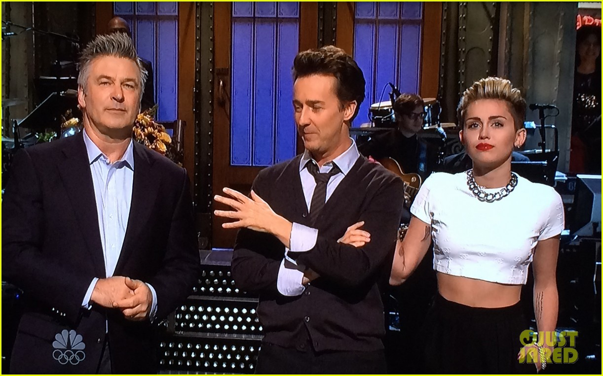 miley cyrus surprise snl appearance to announce tour 02