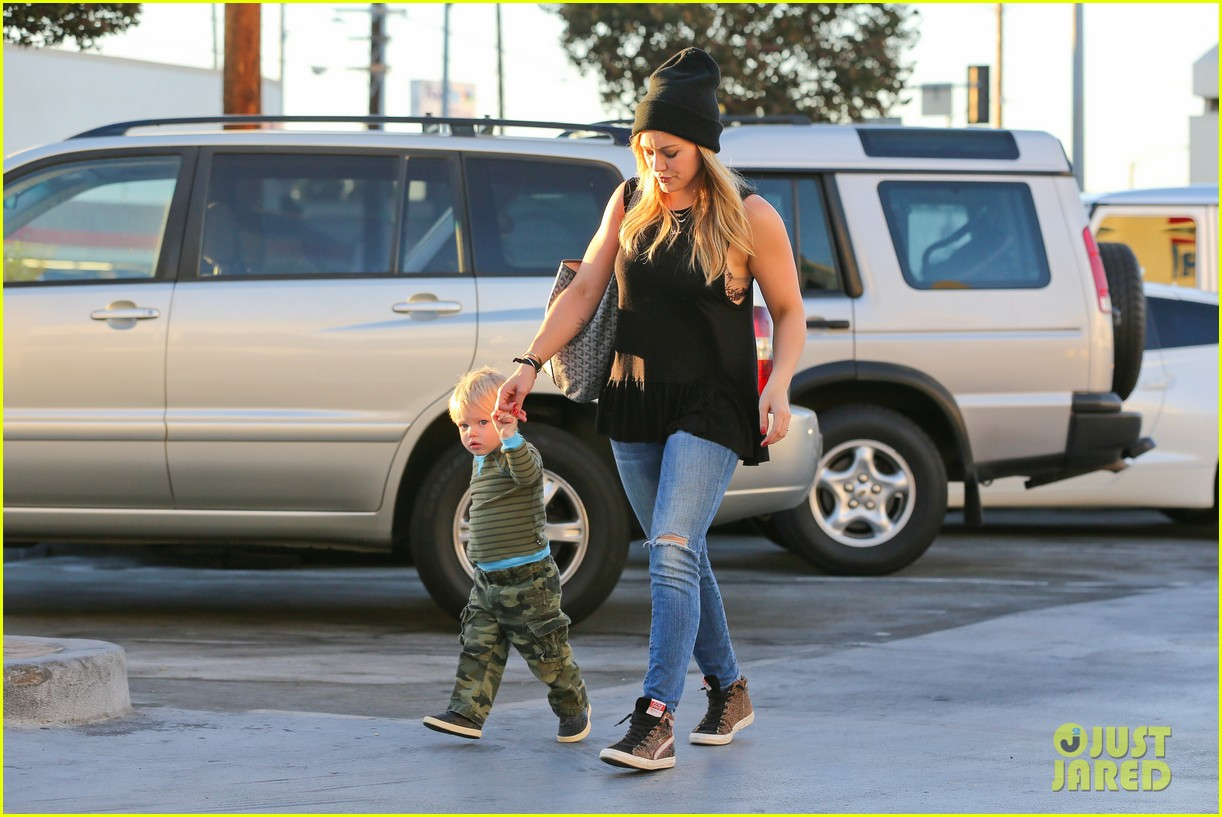 hilary duff dinner with luca after b day celebrations 032964363