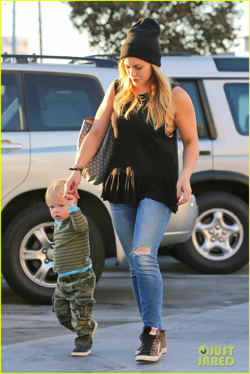 hilary duff dinner with luca after b day celebrations 09