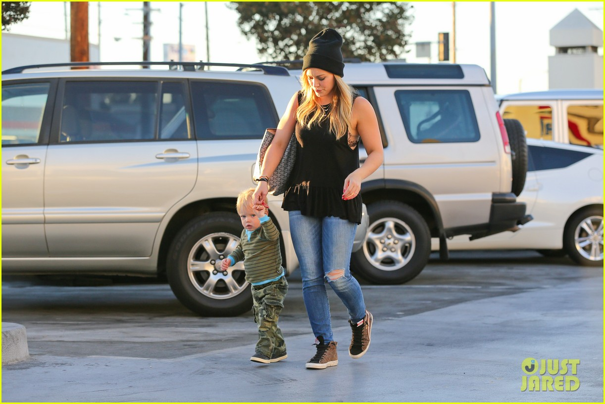 hilary duff dinner with luca after b day celebrations 10