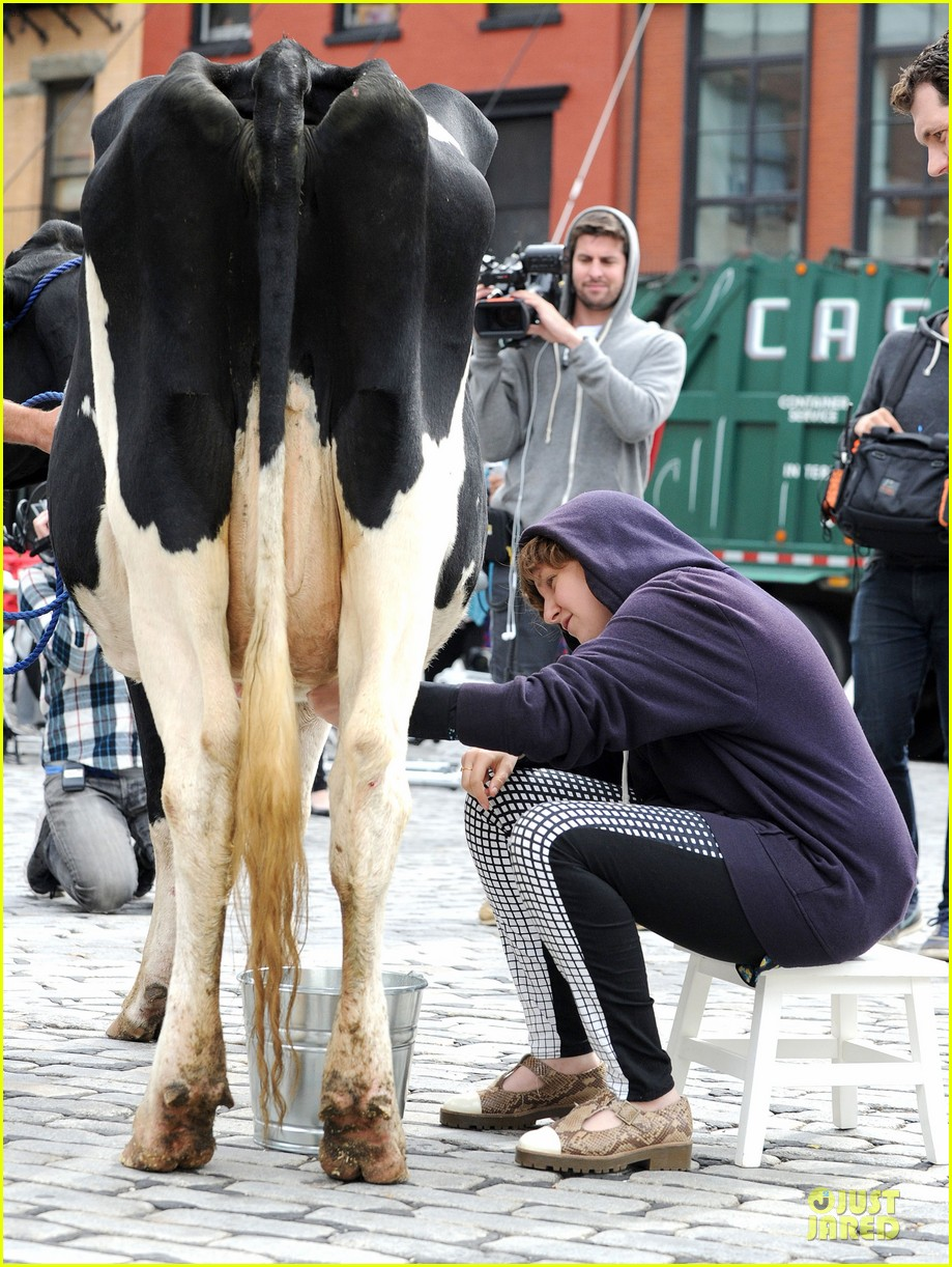 lena dunham milks a cow for billy on the street 132969152