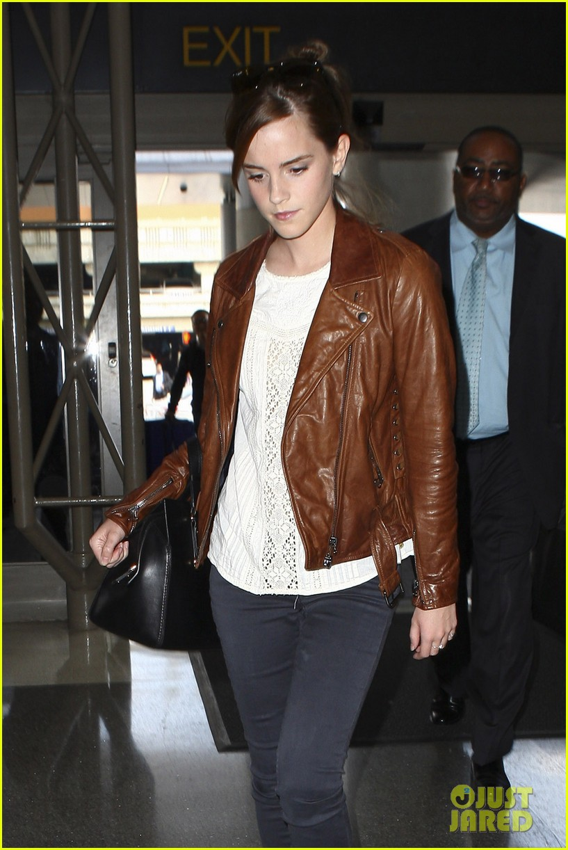 emma watson flies out of los angeles 04