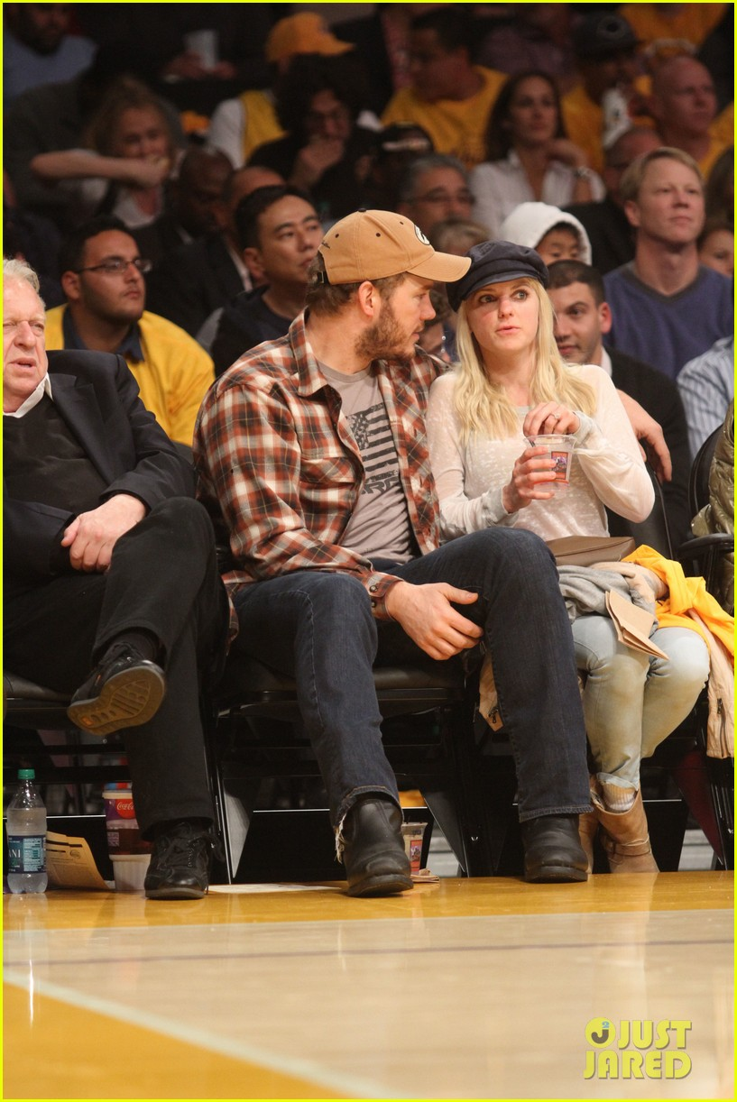anna faris chris pratt cuddle close for lakers win 01