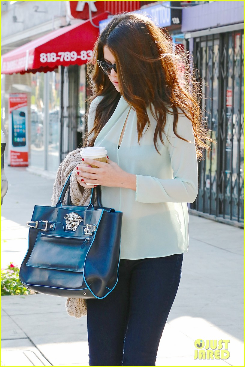 selena gomez grabs coffee with mom mandy 02