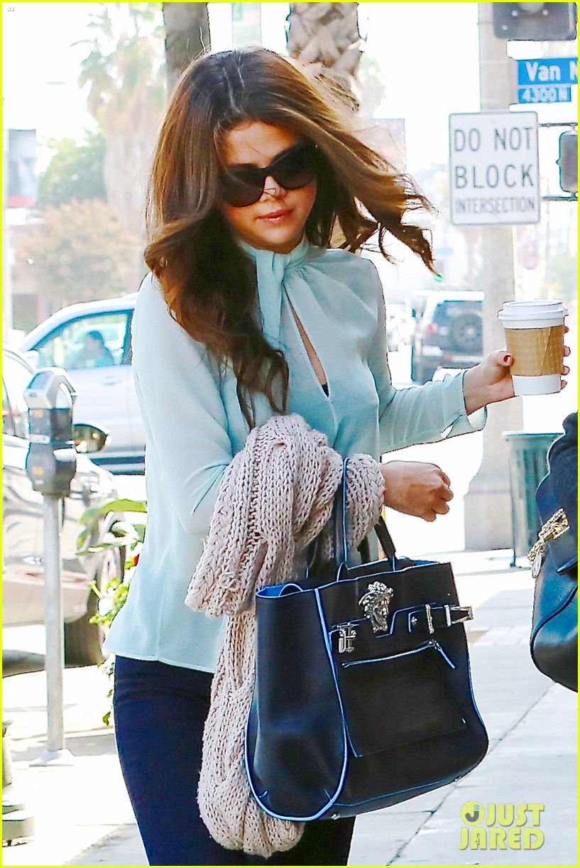 selena gomez grabs coffee with mom mandy 06